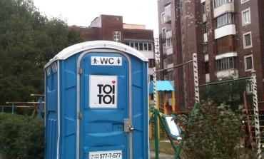 Туалет встановили на дитячому майданчику