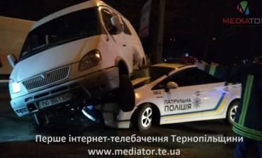 У Тернополі бус вилетів на машину патрульних (відео)
