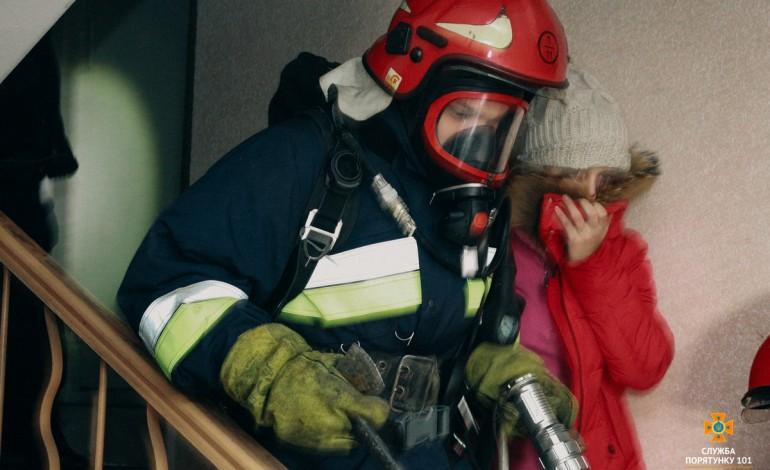 У Тернополі трапилася пожежа в багатоповерхівці – евакуювали 42 особи (фото, відео)
