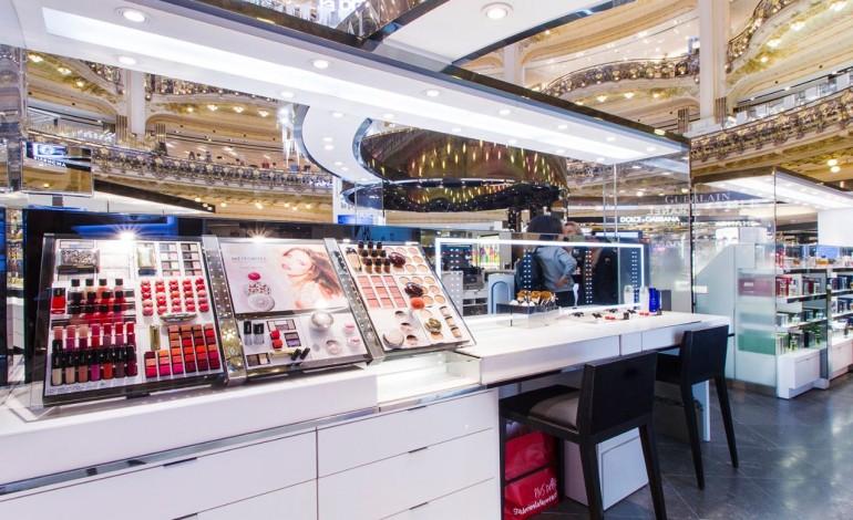 Жінка винесла з магазину косметики у Тернополі товарів на чималу суму (відео)