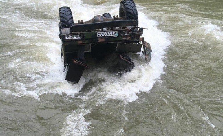 У сусідній з Тернопільщиною областю в річку перекинувся вантажний автомобіль з 22 туристами (фото)