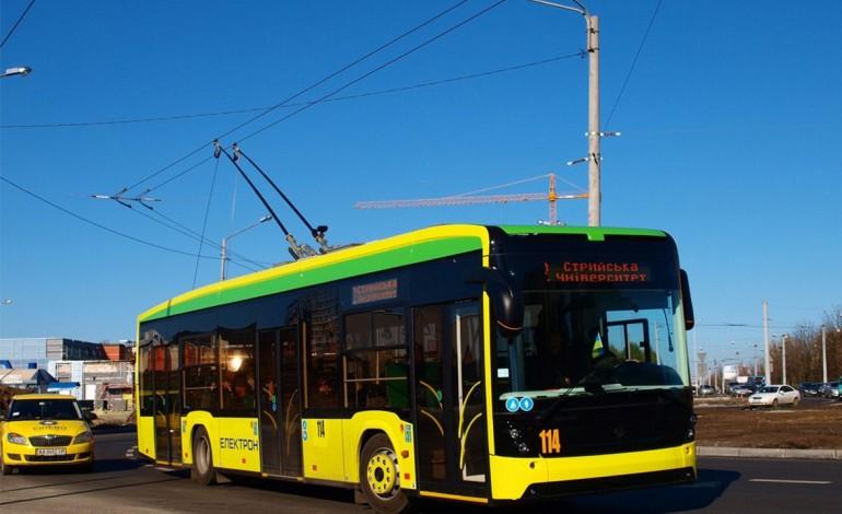 У Тернополі п'яний на запорожці протаранив тролейбус